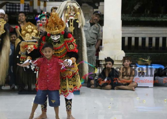 Nusabali.com - klungkung-menari-terkendala-cuaca