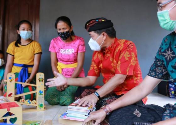 Nusabali.com - bupati-suwirta-serahkan-bantuan-buku-dan-tinjau