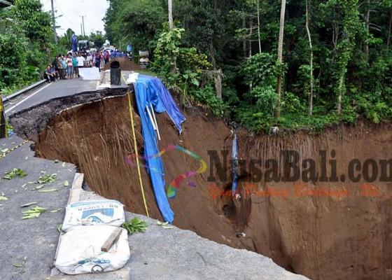 Nusabali.com - jalan-longsor-warga-4-desa-terisolasi