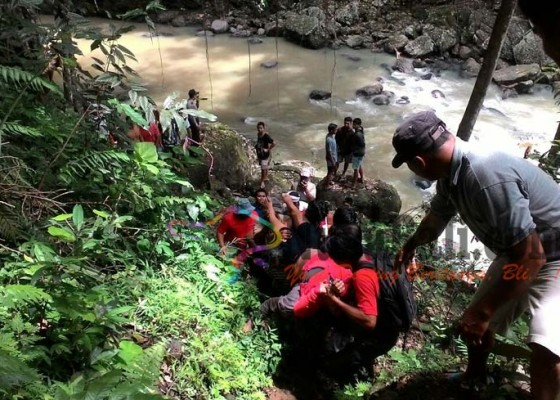 Nusabali.com - cekcok-dengan-suami-nekat-terjun-ke-sungai