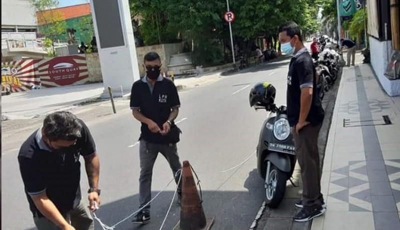 www.nusabali.com-lpm-kuta-tertibkan-parkir-di-bahu-jalan