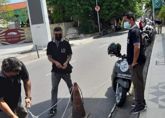 Nusabali.com - lpm-kuta-tertibkan-parkir-di-bahu-jalan