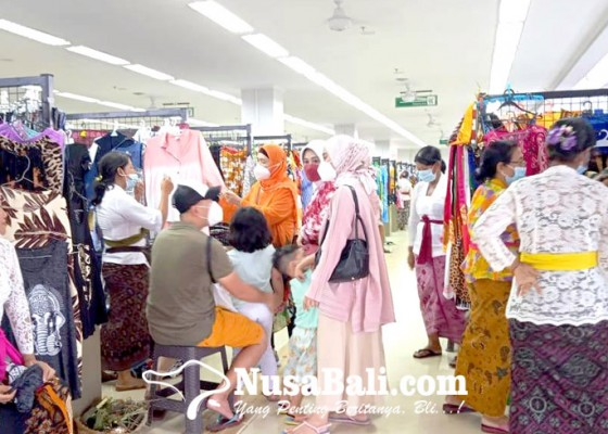Nusabali.com - pedagang-di-pasar-seni-mulai-magarus