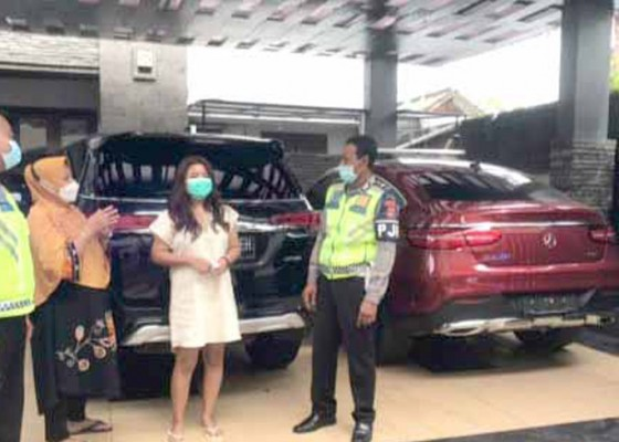 Nusabali.com - pengemudi-mercy-yang-halangi-laju-mobil-pemadam-diamankan