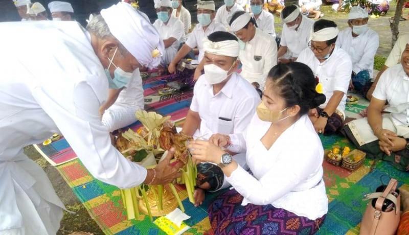 www.nusabali.com-wabup-patriana-hadiri-pujawali-di-pura-pesimpangan-besakih