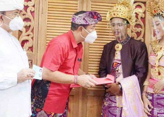 Nusabali.com - bupati-serahkan-akta-perkawinan-kepada-pengantin