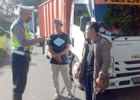 Nusabali.com - polisi-tindak-truk-muatan-pasir-di-penelokan