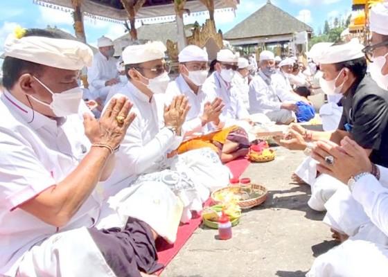 Nusabali.com - jajaran-pemkot-denpasar-ngaturang-bhakti-penganyar-di-pura-agung-besakih