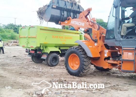 Nusabali.com - petugas-kebersihan-evakuasi-56-ton-sampah-dari-kedonganan