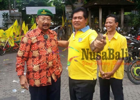 Nusabali.com - tjok-pemecutan-sodorkan-sudikerta-rai-mantra