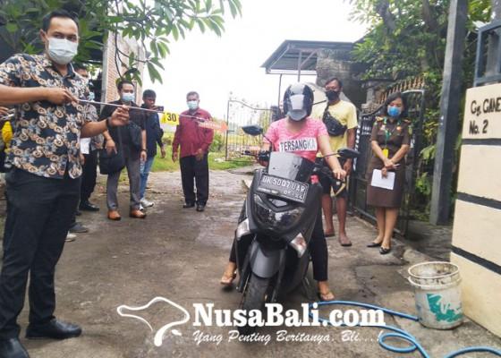 Nusabali.com - rekontruksi-kasus-pembuangan-bayi-tersangka-peragakan-45-adegan