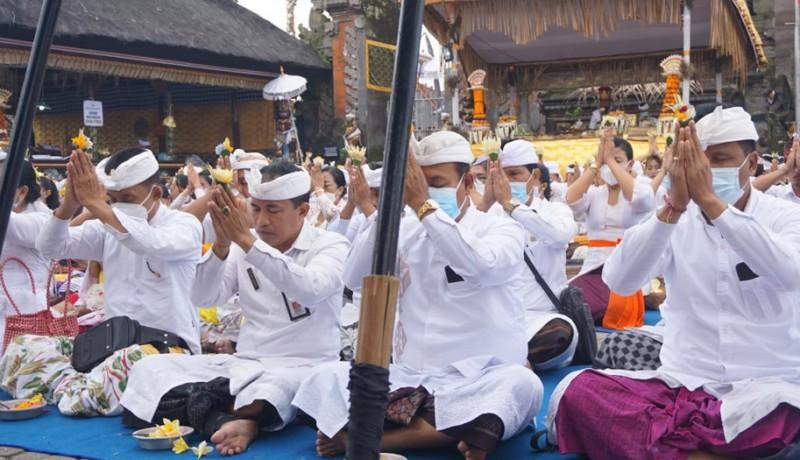 www.nusabali.com-pemkab-klungkung-mapangayar-di-pura-ulun-danu-batur