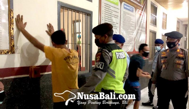 www.nusabali.com-petugas-temukan-kartu-remi-hingga-pisau