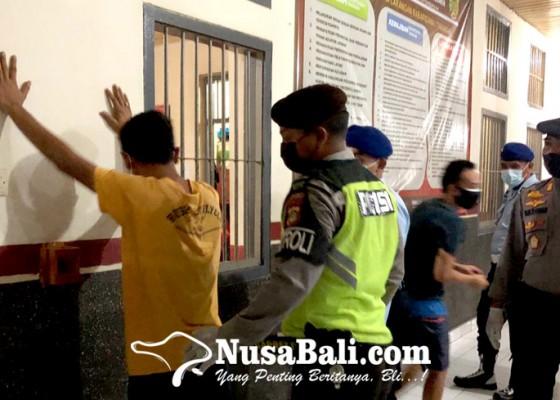 Nusabali.com - petugas-temukan-kartu-remi-hingga-pisau
