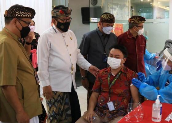 Nusabali.com - wagub-cok-ace-tinjau-vaksinasi-covid-19-di-bank-mandiri