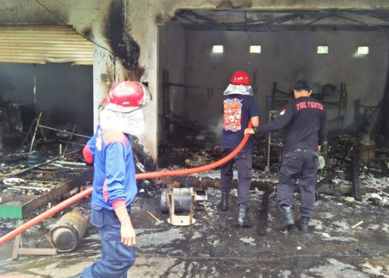 Nusabali.com - warung-dan-bengkel-ludes-terbakar