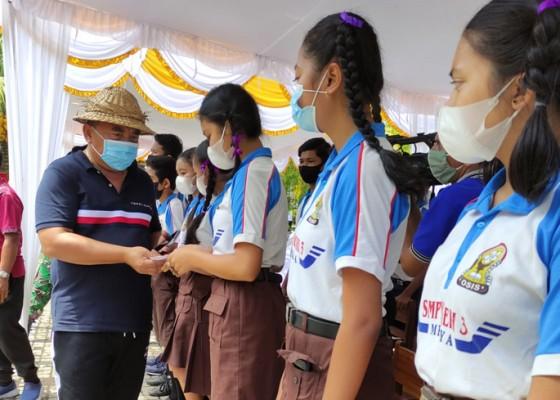 Nusabali.com - bupati-tamba-serahkan-kia-dan-sembako-siswa-kurang-mampu