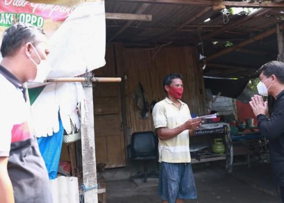 Nusabali.com - bupati-suwirta-bantu-warga-kk-miskin-korban-bencana-puting-beliung
