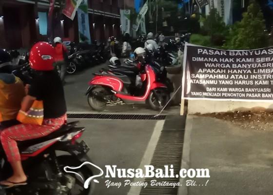 Nusabali.com - kecewa-tak-dilibatkan-di-pasar-banyuasri-warga-banyuasri-pasang-spanduk-protes
