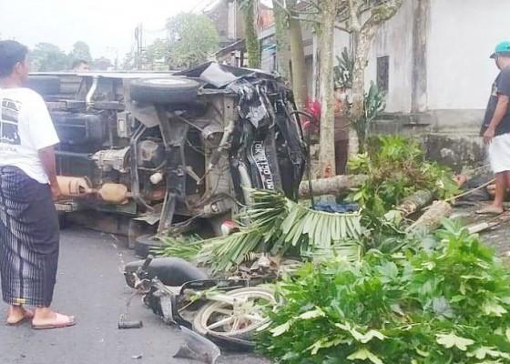 Nusabali.com - pick-up-lepas-kendali-tabrak-pemotor-hingga-tewas-di-tkp