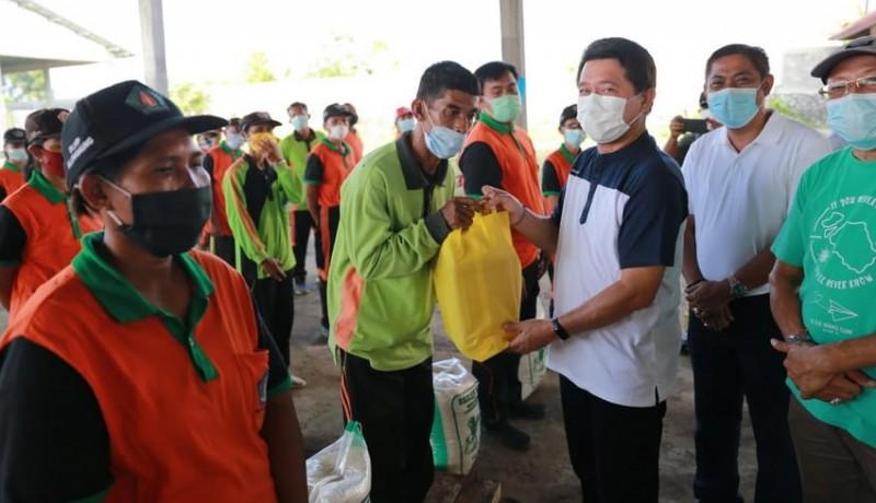 www.nusabali.com-apsi-bantu-sembako-untuk-67-petugas-toss-center