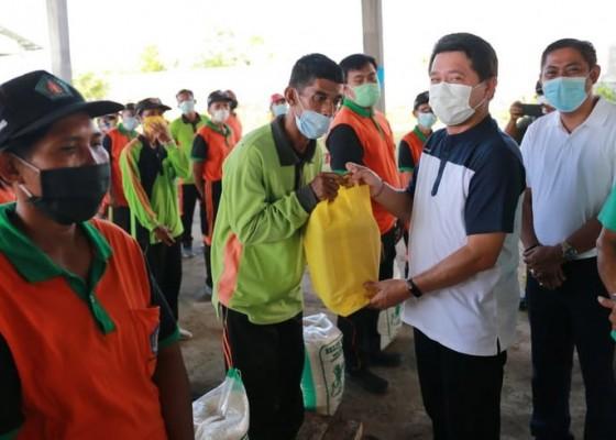 Nusabali.com - apsi-bantu-sembako-untuk-67-petugas-toss-center