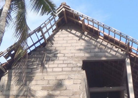 Nusabali.com - disapu-angin-ngelinus-10-rumah-warga-rusak