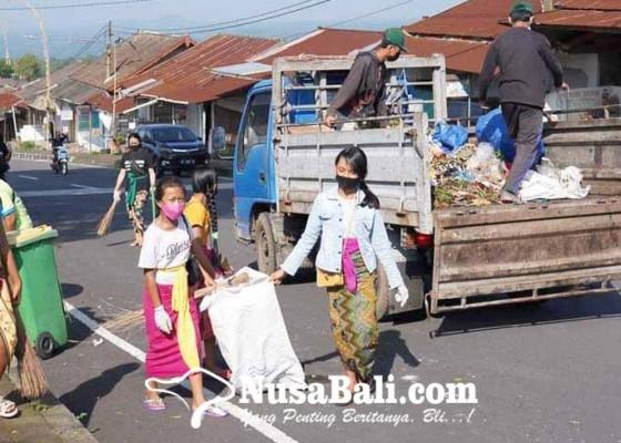 Nusabali.com - komunitas-cinta-lingkungan-ngayah-mareresik-di-pura-besakih