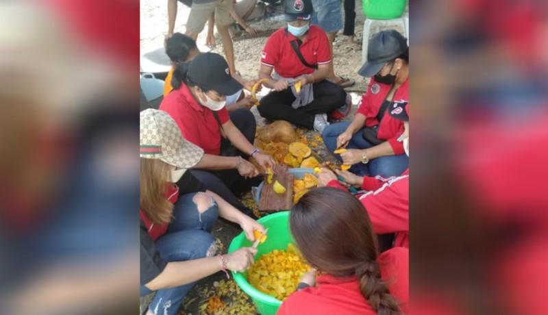 www.nusabali.com-6-srikandi-pdip-bali-berjibaku-di-dapur-umum-pengungsian