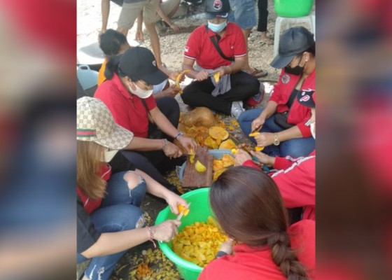 Nusabali.com - 6-srikandi-pdip-bali-berjibaku-di-dapur-umum-pengungsian