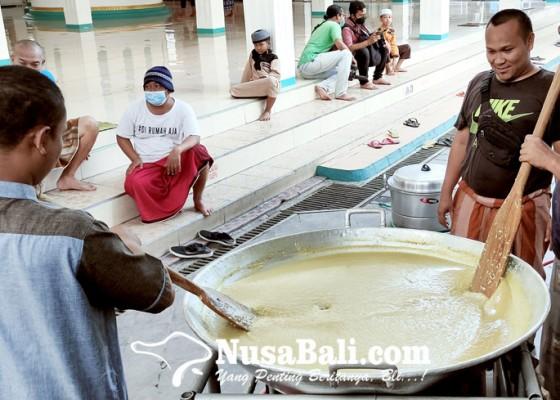 Nusabali.com - siapkan-ratusan-porsi-bubur-arab-tiap-berbuka-puasa