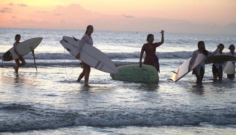 www.nusabali.com-puluhan-perempuan-mancanegara-surfing-pakai-kebaya-di-pantai-kuta