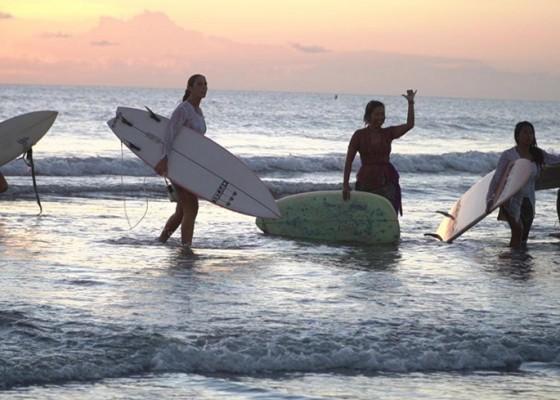 Nusabali.com - puluhan-perempuan-mancanegara-surfing-pakai-kebaya-di-pantai-kuta