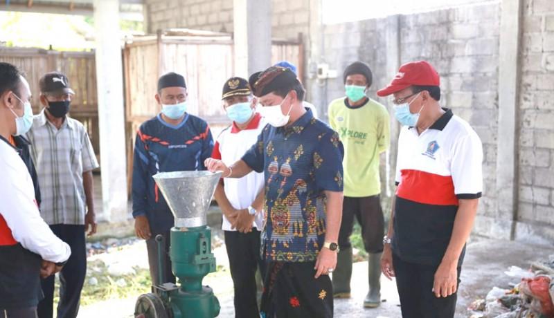 www.nusabali.com-bupati-suwirta-bina-langsung-pengolahan-sampah-di-desa