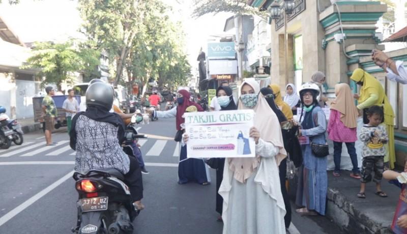 www.nusabali.com-ibu-ibu-pengajian-bagikan-takjil-gratis