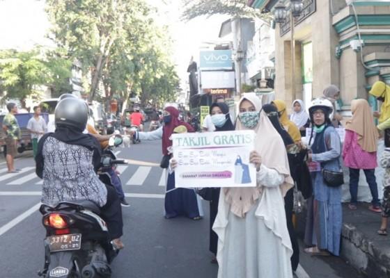 Nusabali.com - ibu-ibu-pengajian-bagikan-takjil-gratis