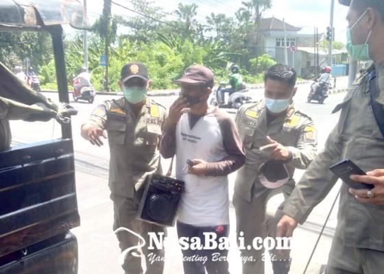 Nusabali.com - satpol-pp-amankan-6-orang-pengamen-pengasong-dan-pengemis
