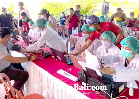 Nusabali.com - vaksinasi-covid-19-sasar-1086-pedagang-pasar-kereneng