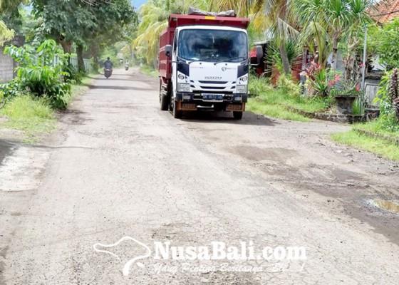 Nusabali.com - jalan-raya-rusak-benyah-latig