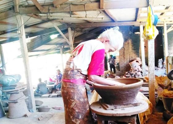 Nusabali.com - hanya-dikerjakan-generasi-tua-kini-di-ambang-kepunahan