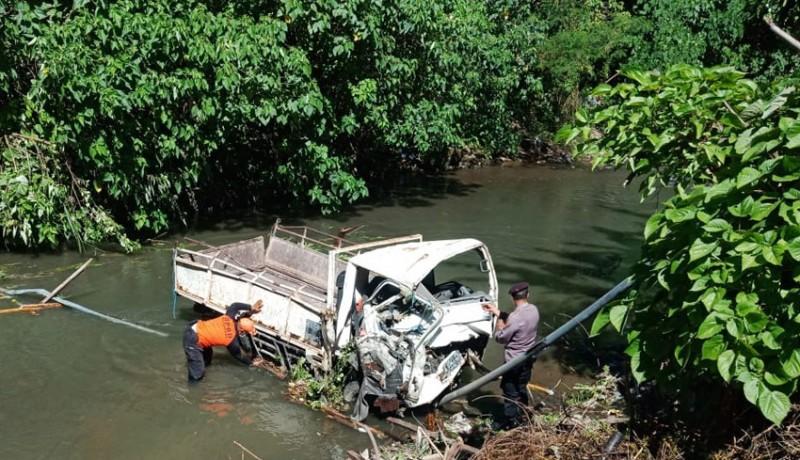 www.nusabali.com-pecah-ban-truk-terjun-bebas-di-tukad-jinah-satu-penumpang-tewas