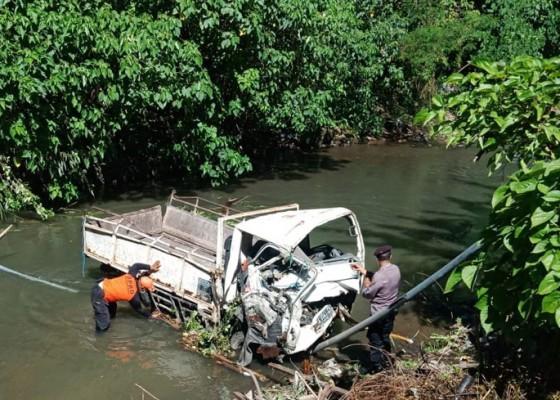 Nusabali.com - pecah-ban-truk-terjun-bebas-di-tukad-jinah-satu-penumpang-tewas