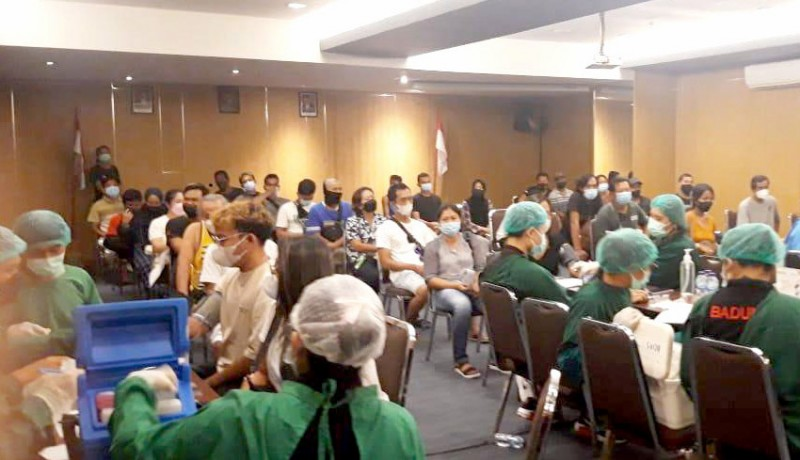 www.nusabali.com-warga-banjar-pelasa-kuta-dan-pekerja-pariwisata-lakukan-vaksinasi