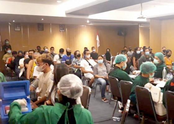 Nusabali.com - warga-banjar-pelasa-kuta-dan-pekerja-pariwisata-lakukan-vaksinasi