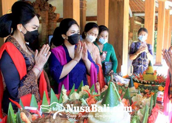 Nusabali.com - rayakan-hari-kartini-ibu-ibu-berlomba-sajian-nasi-tumpeng