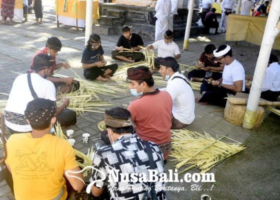 Nusabali.com - jelang-pujawali-di-pura-sakenan-pelajar-hingga-mahasiswa-ikut-ngias
