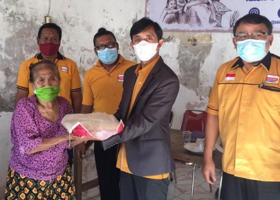Nusabali.com - dpc-hanura-buleleng-serahkan-sembako-untuk-korban-banjir-kampung-anyar