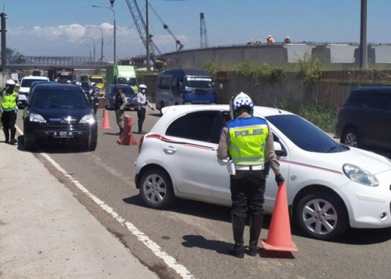 Nusabali.com - tidak-bawa-hasil-rapid-test-ratusan-kendaraan-dipaksa-putar-balik