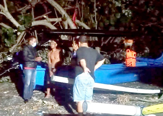 Nusabali.com - jukung-terbalik-dua-nelayan-selamat