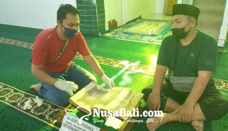 www.nusabali.com-miliki-al-quran-bertulis-tangan-yang-usianya-200-tahun-dan-pintu-ukiran-bali